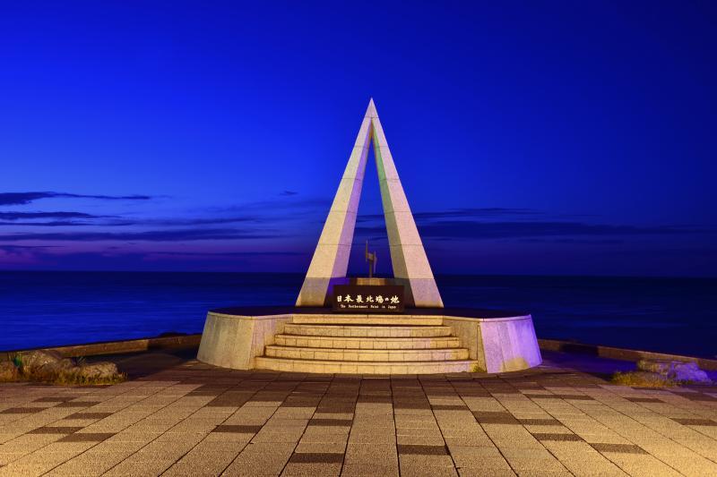[ 宗谷岬 ]  宗谷岬の日本最北端の碑。日没後まだ青が残る空と海がどことなくロマンティックでした。