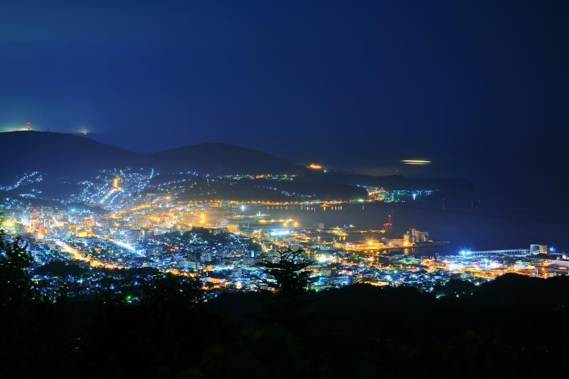 [ 毛無山展望台 ]  展望台からは小樽湾の地形が際立って見えます。