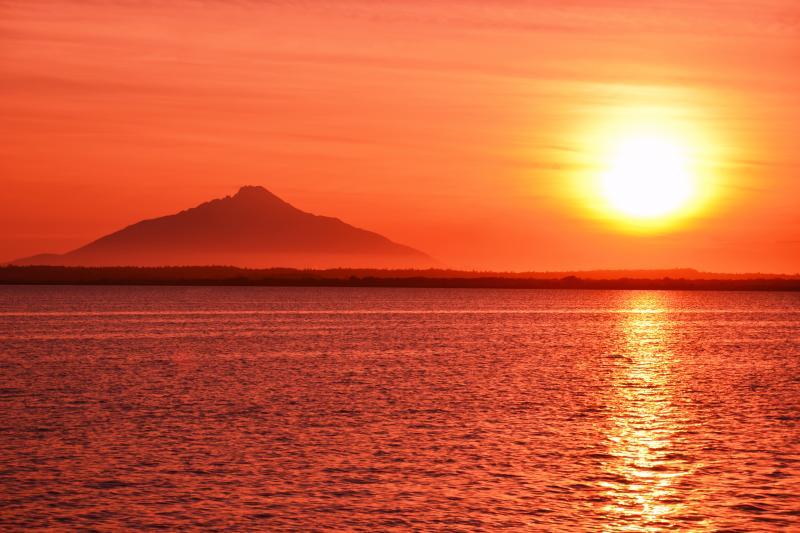 [ 夕刻の利尻 ]  パンケ沼から見た夕刻の利尻富士。夕日が薄雲に拡散して湖面全体を赤く染めていました。