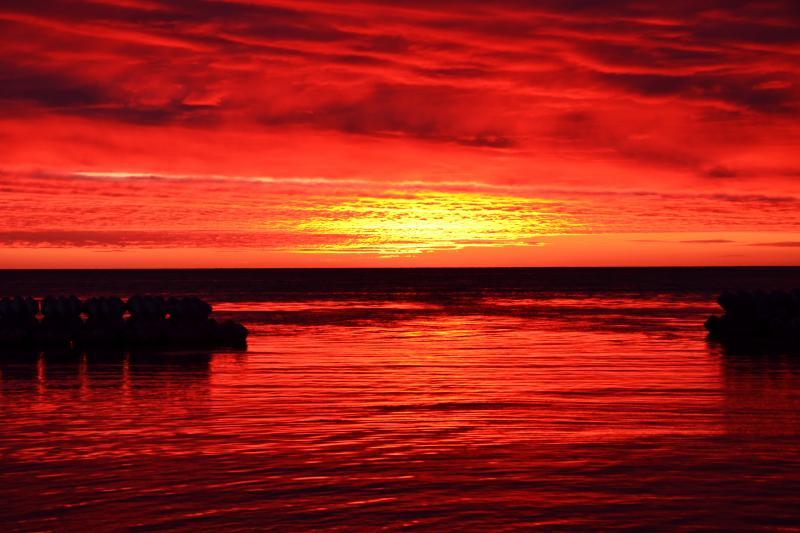 [ ノシャップ岬の朝焼け ]  夕日のビューポイントとして有名なノシャップ岬だが、実は朝焼けも期待できます。道北特有の低い雲が空を覆う中、夜明けを待っているとみるみるうちに辺り一面を深紅に染め上げていきました。