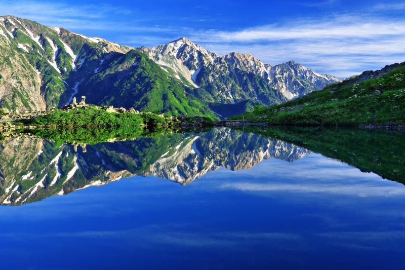 [ 八方池水鏡 ]  白馬三山を映しこむ天上の楽園「八方池」。ゴンドラリフト「アダム」を降りて徒歩約1時間。そこには静寂で神秘的な空間が広がっている。
