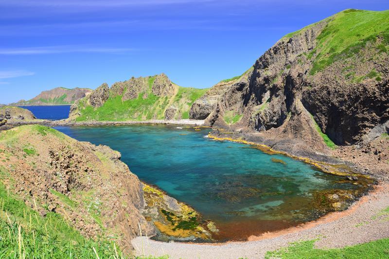 礼文島澄海岬 | 礼文島北部に位置する澄海岬。礼文で最もきれいな入り江。コンパクトだが複雑にいりくんだ地形と微妙にに変化していく海の青色が時間を忘れさせてくれました。