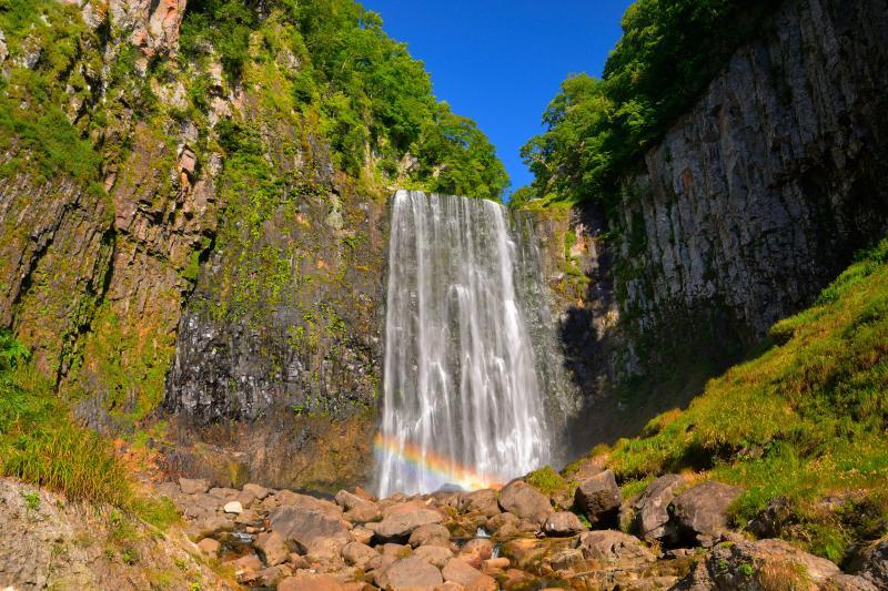 [ 滝にかかる虹 ]  早朝の滝には虹がかかっていました。