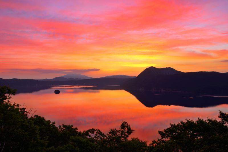 [ 摩周湖朝景 ]  湖面に映る朝焼け雲が綺麗でした。