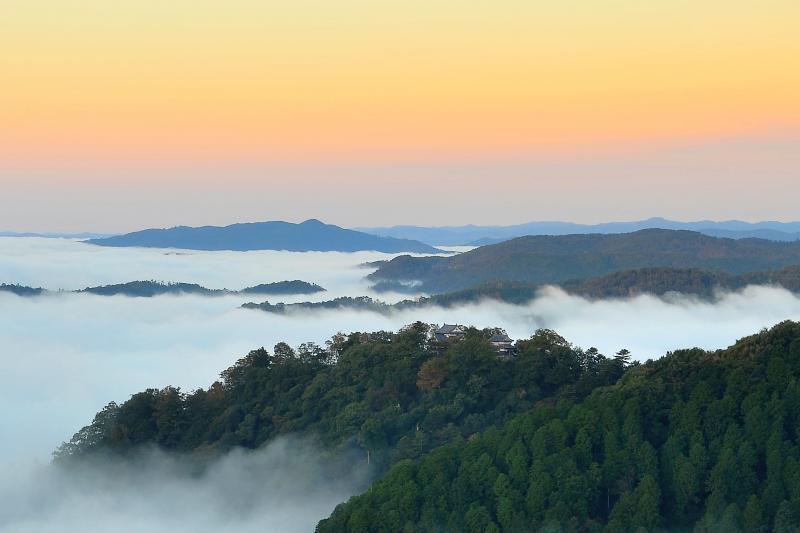 備中松山城 夜明けの雲海に浮かぶ松山城は幻想的でした。