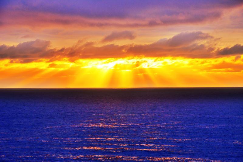[ 弁慶岬光芒 ]  雲の合間から零れ落ちる光芒とキラキラと輝く波が幻想的でした。