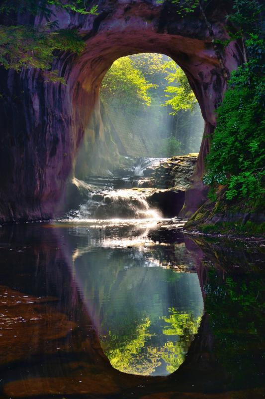 [ 注ぎ込む光 ]  早朝の斜光が水面に反射して幻想的でした。