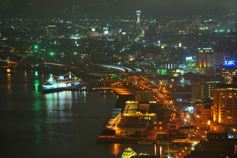 [ ベイエリアと摩周丸 ]  二合目からは立体感のあるベイエリアの夜景を切り取る事が出来ます。