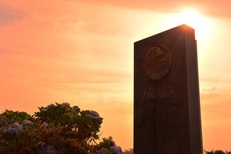 [ ブラキストンの碑 ]  夕刻の紫陽花と石碑がいい雰囲気でした。