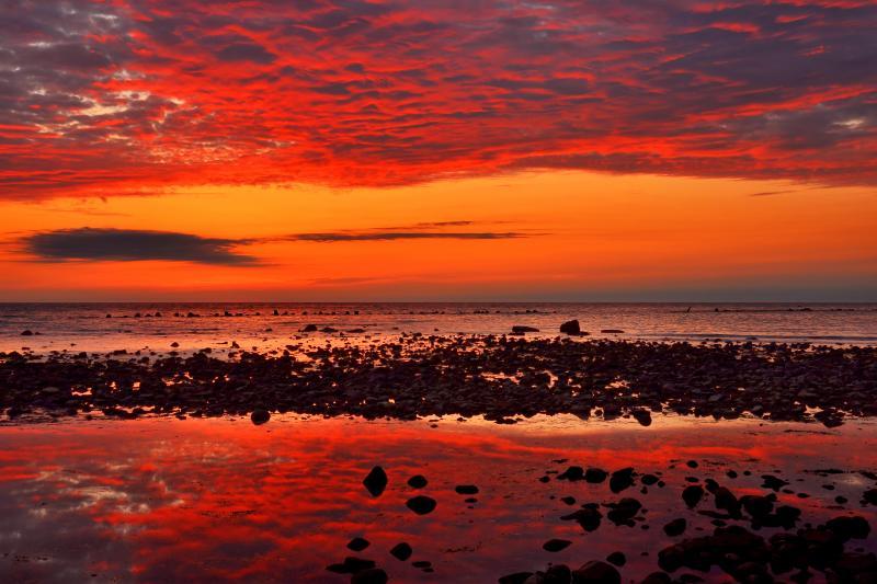 [ 象潟海岸夕景 ]  赤く染まった羊雲が綺麗でした。