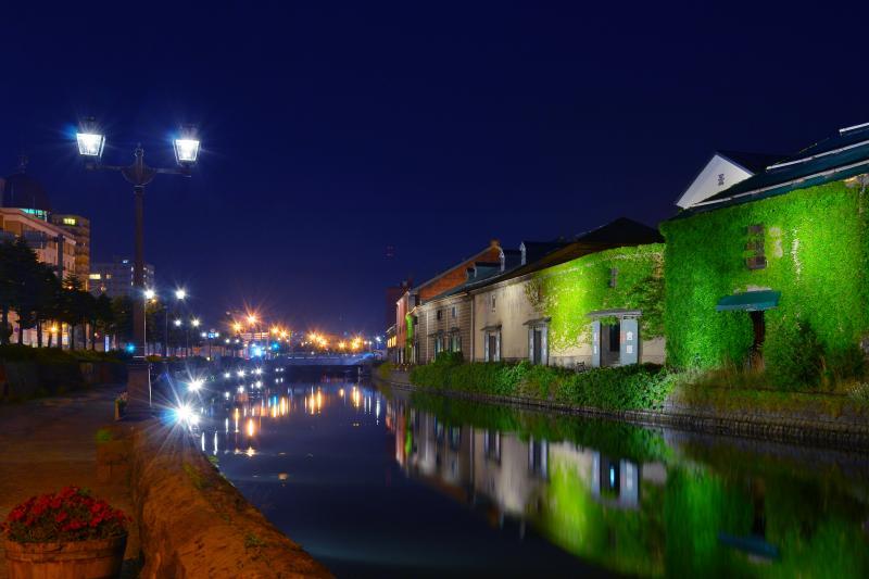 [ 小樽運河 ]  緩やかに湾曲する運河に映る外灯が印象的です。