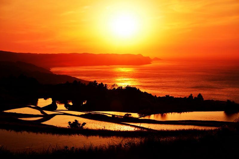 [ 東後畑の棚田 ]  夕日に照らされた海と棚田のオレンジ色が綺麗でした。また、東後畑は漁火でも有名な棚田です。