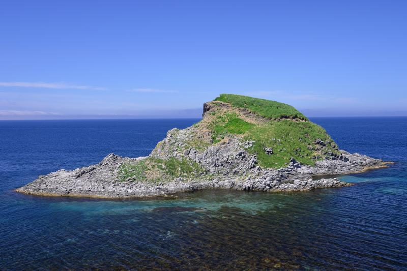 [ ポンモシリ島 ]  富士野園地から見たポンモシリ島。アイヌ語で小さな利尻を意味する。富士野園地はエゾカンゾウの群生地としても有名です。