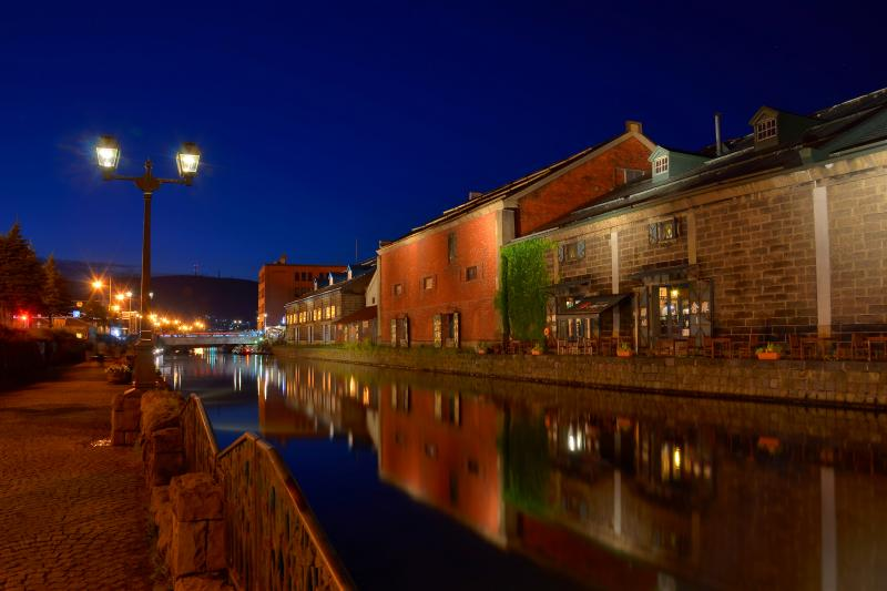 [ 小樽運河 ]  水鏡になった運河に映る煉瓦作りの倉庫群が幻想的でした。