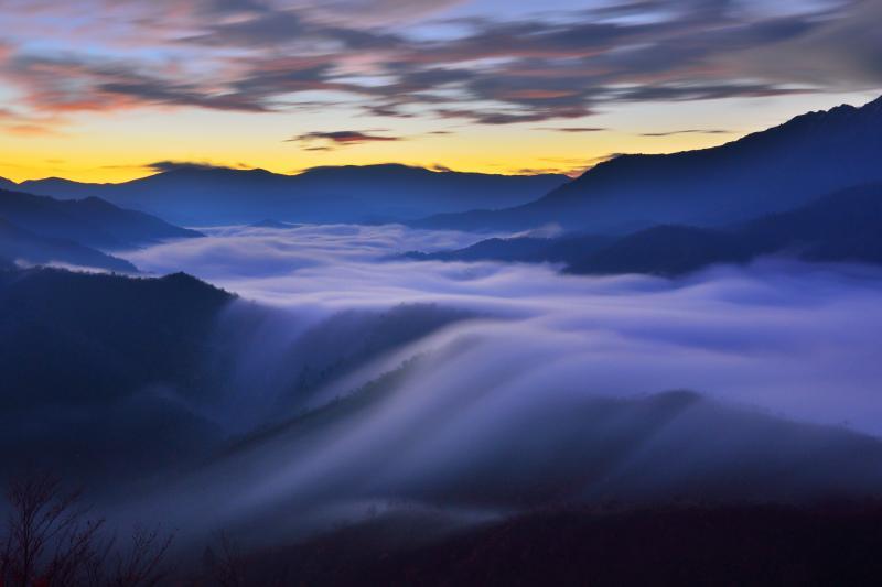 夜明け前の滝雲  稜線を流れ落ちる雲海はまるで滝のようでした。