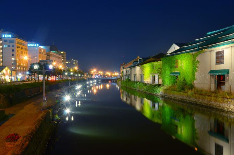 [ 小樽運河 ]  昔の倉庫群と今風のビル夜景が対照的です。