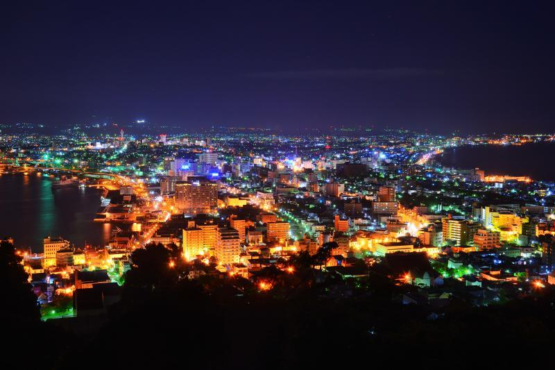 [ 函館山二合目 ]  二合目からはビル夜景が近くに望めます。