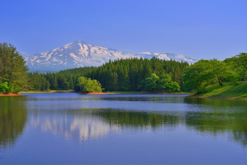 [ 四角井戸溜池 ]  湖面を揺らすそよ風が心地よい季節でした。