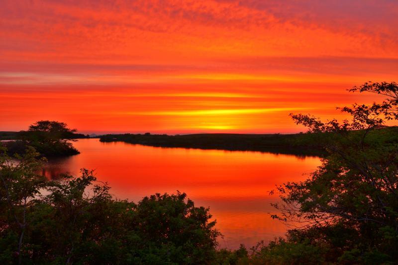 [ 長谷地溜池の朝 ]  湖面に映る朝焼けが綺麗でした。