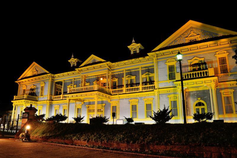 [ 旧函館区公会堂 ]  ライトアップが建物の黄色をより鮮やかにしていました。