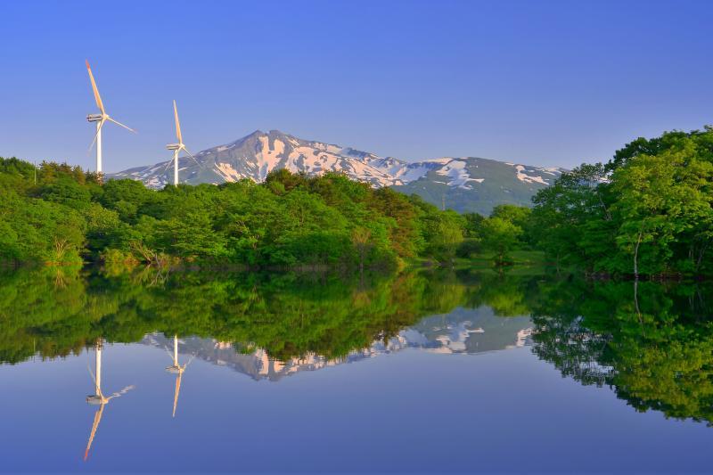 [ 新田堤 ]  風車がアクセントになる静かな池です。