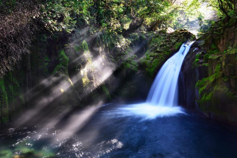 [ 菊池渓谷光芒の滝 ]  苔の回廊を上流へと進むと無名滝に光芒が降り注いでいました。非常に神秘的な空間でした。