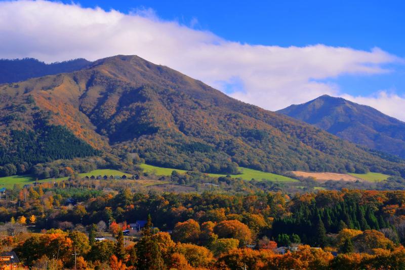 [ 秋の蒜山高原 ]  紅葉の始まった蒜山の山並みが綺麗でした。