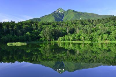姫沼と利尻岳| 7月初旬の姫沼と利尻岳。残雪の残る利尻岳と早朝の光を浴びた新緑が静寂で神秘的な湖面に佇んでいました。