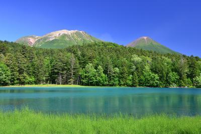 オンネトー| 北海道三大秘湖の一つ、オンネトー。コバルトブルーに輝く湖面が印象的。