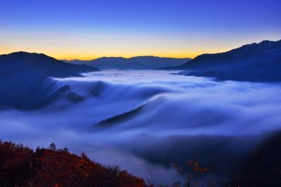 未明の滝雲| 奥只見湖から溢れ出してくる雲海の流れが幻想的でした。