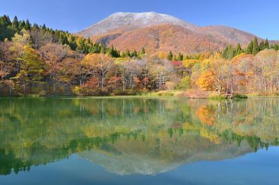 御鹿池| 初冠雪の黒姫山と御鹿池。 黒姫童話館から程近いところにある静寂な池。