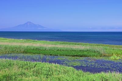 コウホネ沼と利尻富士| コウホネ沼と利尻島。天塩から稚内にかけての県道106号線は遮るものが無く、ずっと海に浮かぶ利尻を見て走れる好景観道路。