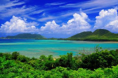 伊原間湾| 入道雲が夏の訪れを感じさせます。遠景はハンナ岳。
