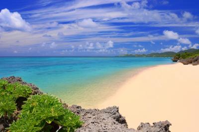 石垣サンセットビーチ| 夏空の下に静寂で白い砂浜が広がっていました。