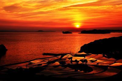 土谷棚田夕景| 劇的な夕焼雲。円形に広がる棚田に映しこまれる強弱のある光。土谷棚田は感動の瞬間に包まれていました。