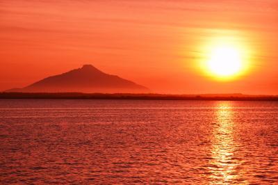 夕刻の利尻| パンケ沼から見た夕刻の利尻富士。夕日が薄雲に拡散して湖面全体を赤く染めていました。