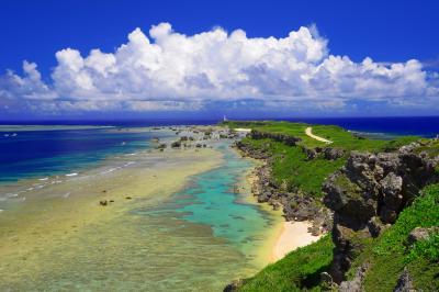東平安名崎| 両翼をサンゴ礁に囲まれた岬の向こうには夏の入道雲が広がっていました。