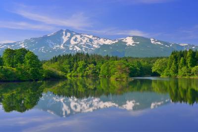 大潟溜池| 小さな中島のある美しい池です。