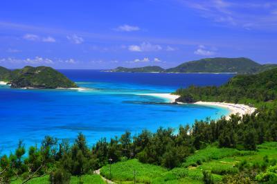 古座間味ビーチ| 坂の上からはビーチ全景と安室島、慶留間を望む事が出来ます。