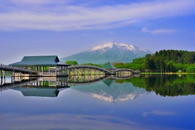 残雪の岩木山と鶴の舞橋| 春霞のなかで湖面に映る逆さ津軽富士が綺麗でした。