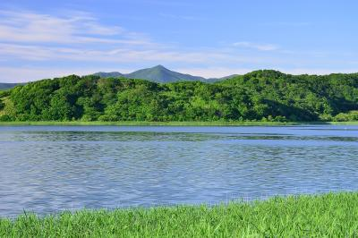 久種湖と礼文岳。 | 久種湖から見た礼文岳。 初夏の新緑と湖面から吹いてくるそよ風に心が和みました。
