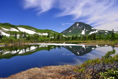 羅臼湖三ノ沼| 湖面に映る残雪の羅臼岳。神秘の湖と言われる羅臼湖に向かう途中には5つの沼があります。その5つの沼の中で最も美しい展望が開けるのがこの三ノ沼です。