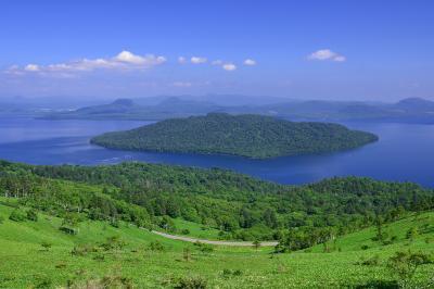 美幌峠からの屈斜路湖| 屈斜路四峠の一つ、美幌峠にて。初夏のそよ風に吹かれて清々しい時間を過ごせました。屈斜路湖は巨大な中島を持つ日本最大のカルデラ湖です。