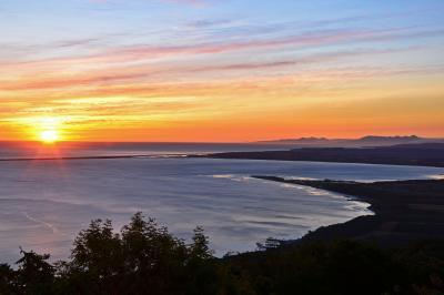 サロマ湖の朝| サロマ湖展望台にて夜明けを迎えました。外洋を塞ぐ竜宮や夕焼けのビューポイントとして有名なキムアネップ岬、遠くには知床連山が望めます。