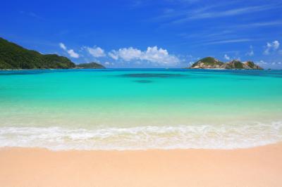 [ 夏色のビーチ ]  ケラマブルーに彩られたビーチには夏の日差しが降り注いでいました。