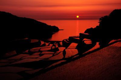 浜野浦棚田| 玄界灘に沈む夕日が棚田を紅に染めていました。