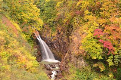 大田切渓谷不動滝| 燕温泉へ向かう途中にある滝。道路沿いからも見えるし、遊歩道で下に降りることもできる。