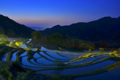 夜明け前| 田植えを待つ水田に夜明け前の空の色が映り込んで綺麗でした。