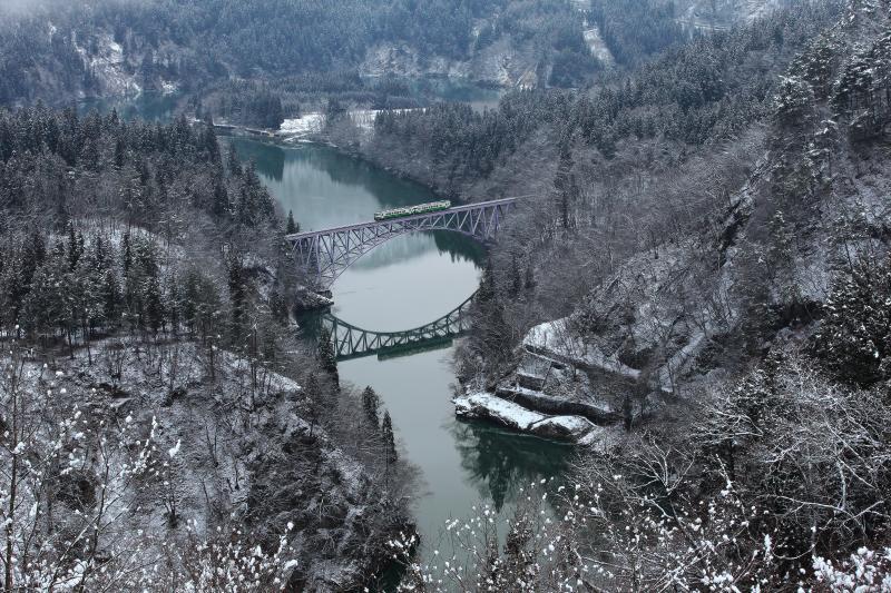 雪景色の中で 真冬の第一只見川橋梁はミニチュアの世界。川に映り込む橋梁と電車。