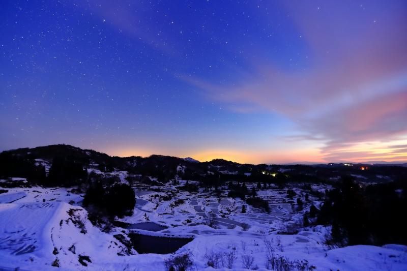 星舞う峠 東の空が赤く染まってきました。グラデーションの空に星が煌めき、棚田が幻想的に浮かび上がります。